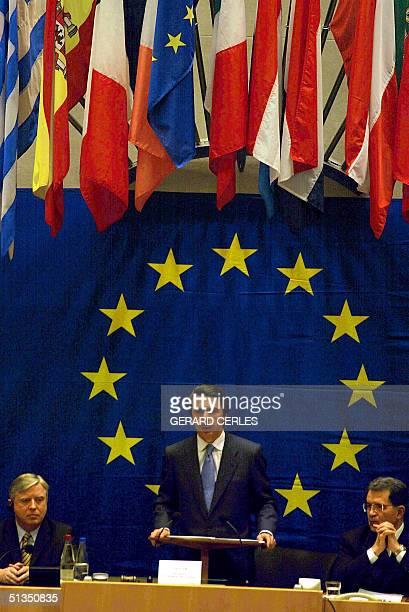 Spanish Prime Minister Jose Maria Aznar flanked by European Parliament President Irishman Pat Cox and EU Commission President Italian Romano Prodi...