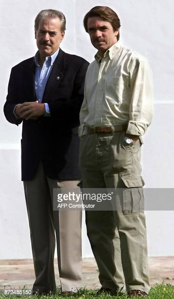 Spanish Prime Minister Jose Maria Aznar poses with President of Colombia Andres Pastrana 14 October 2001 at Aznar's country retreat in Quintos de...