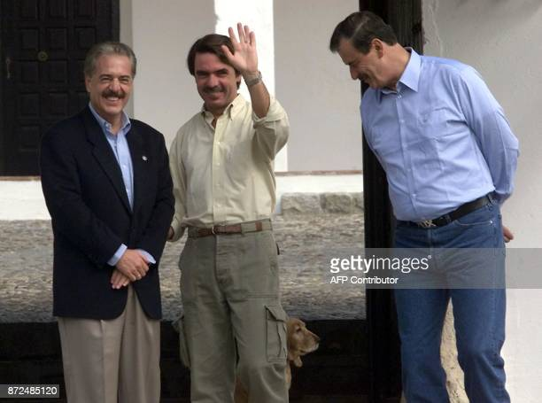 Spanish Prime Minister Jose Maria Aznar waves with Presidents of Mexico Vicente Fox and Colombia Andres Pastrana 14 October 2001 at Aznar's country...