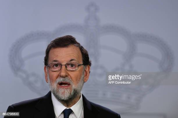 Spanish Prime Minister Mariano Rajoy gives a press conference after a crisis cabinet meeting at the Moncloa Palace on October 21, 2017 in Madrid....