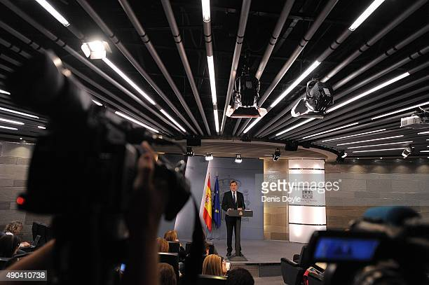 Spanish Prime Minister Mariano Rajoy makes a brief statement to the press at the Moncloa palace on September 28 2015 in Madrid Spain Yesterday a...