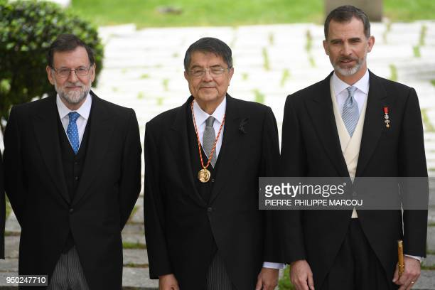 Spanish Prime Minister Mariano Rajoy, Nicaraguan writer Sergio Ramirez and King Felipe VI of Spain pose after Ramirez was awarded with the 2017...