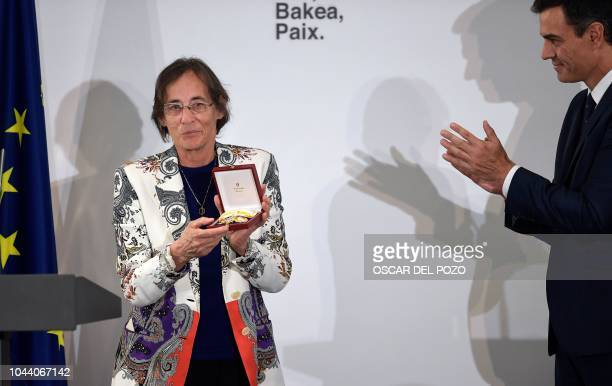 Spanish Prime Minister Pedro Sanchez applauds French judge Laurence Le Vert after receiving a medal recognizing her merits in the fight against ETA...