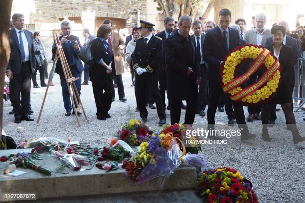 Spanish Prime Minister Pedro Sanchez flanked by Collioure's mayor Jacques Manya and head of the Machado fondation Joelle SantaGarcia lays a wreath of...