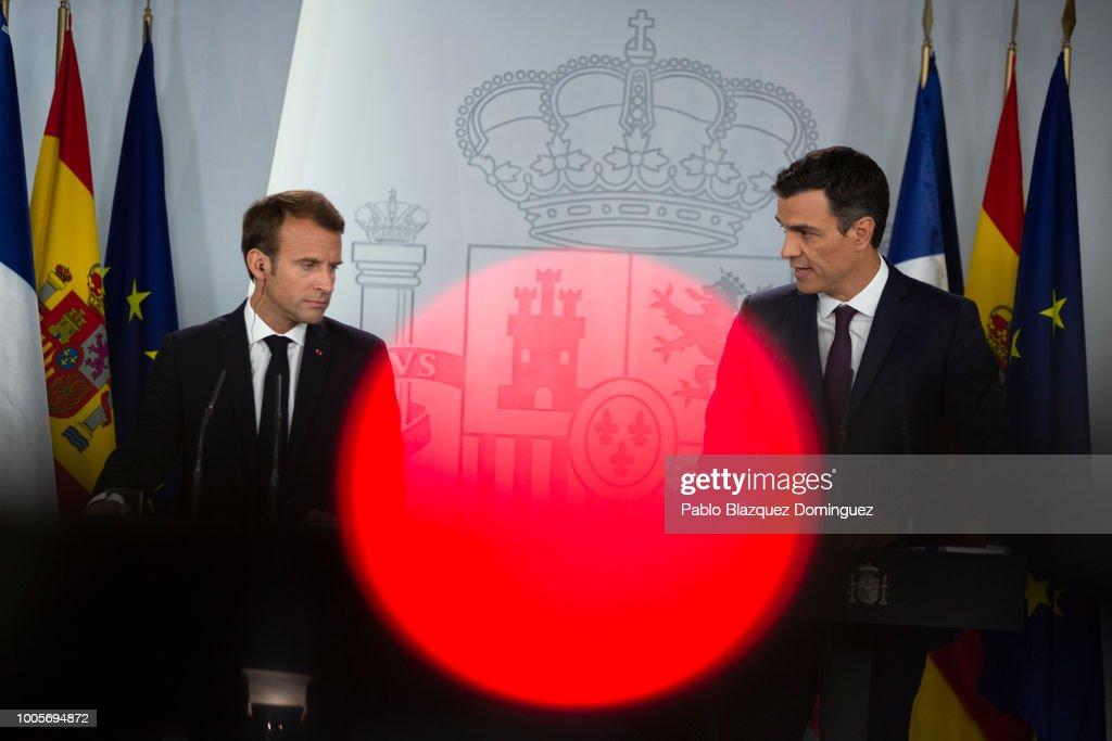 Presseschau - Seite 43 Spanish-prime-minister-pedro-sanchez-speaks-next-to-french-president-picture-id1005694872