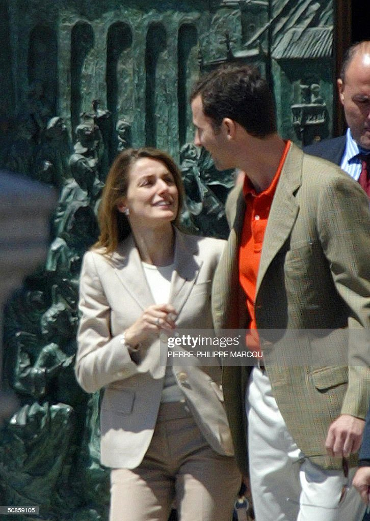 Spanish Prince Felipe (R) and his fiancee Letizia Ortiz (L) leave the Cathedral of the Almudena in Madrid, 20 May 2004 after the rehearsal of their wedding. AFP PHOTO/Pierre-Philippe MARCOU