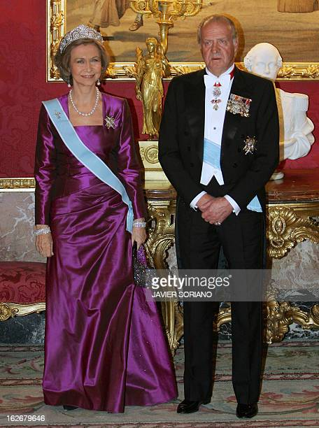 Spanish Queen Sofia and Spain's King Juan Carlos wait for China's first lady Liu Yongqing and Chinese President Hu Jintao before an official dinner...