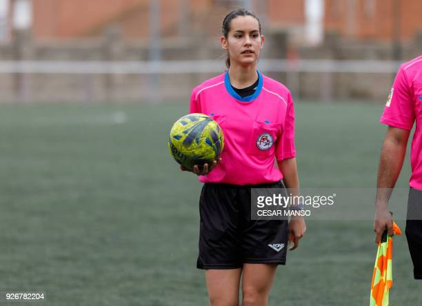 Spanish referee Elena Pelaez Arnillas holds the ball during a match at the Otero stadium in Palencia on March 2 2018 / AFP PHOTO / CESAR MANSO