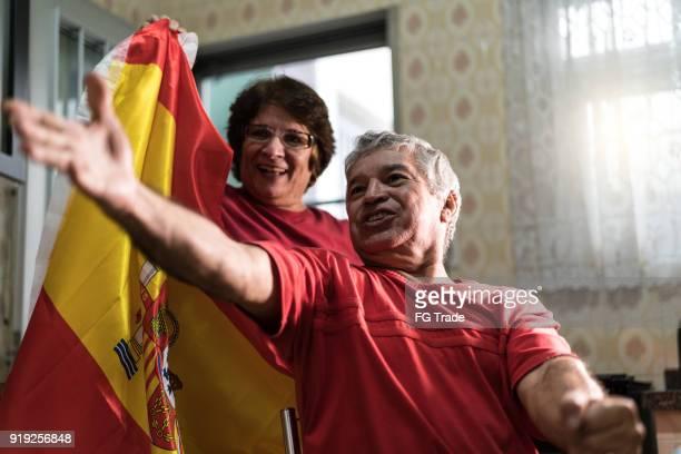 Spanische älteres paar Fan Fußballspiel zu Hause beobachten