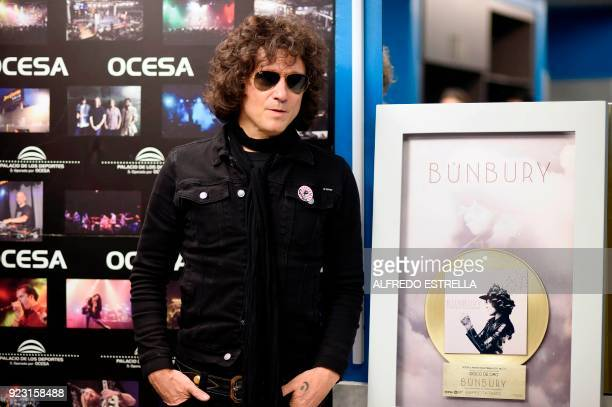 Spanish singer and composer Enrique Bunbury poses with his 'Expectativas' gold album at the Palacio de los Deportes in Mexico City on February 22...