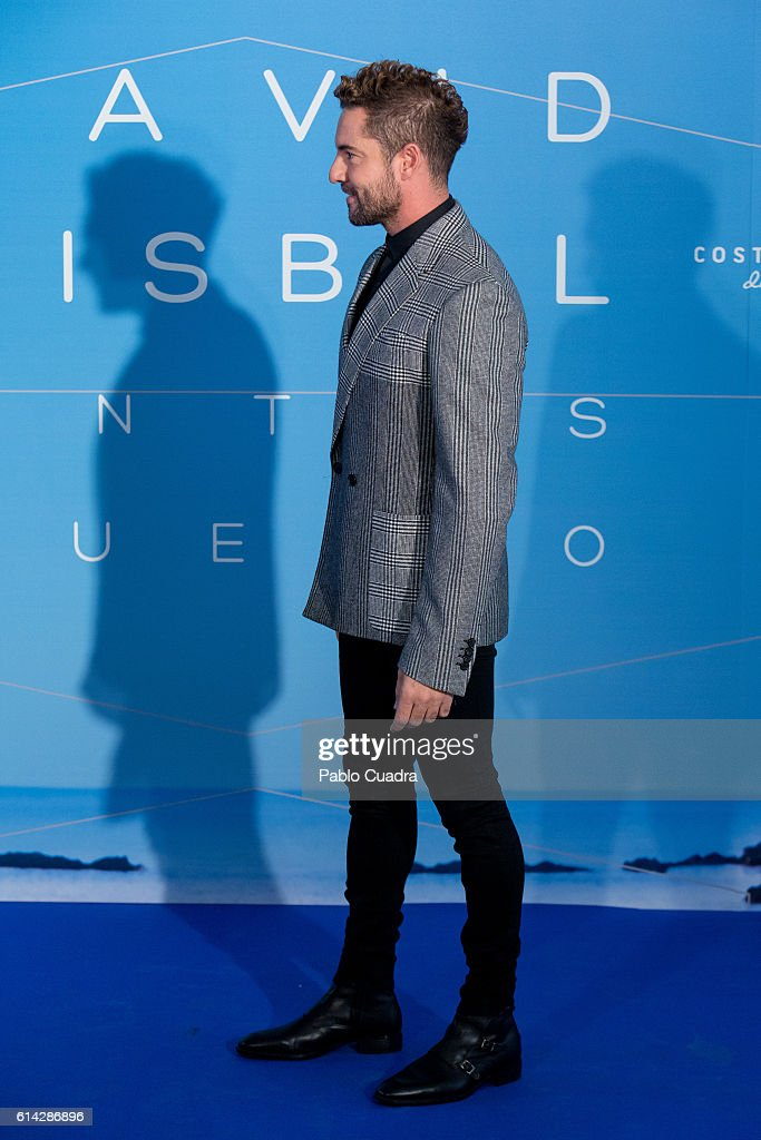 ¿Cuánto mide David Bisbal? - Real height - Página 3 Spanish-singer-david-bisbal-presents-his-new-videoclip-at-neptuno-on-picture-id614286896