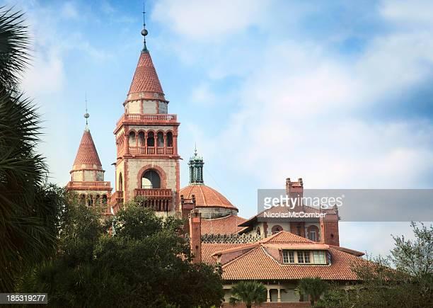 Spanischen Stil towers und Ziegeldächern
