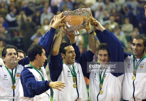 Spanish team, coach Javier Duarte, Albert Costa, Alex Corretja, Joan Balcells and Juan Carlos Ferrero, holds the Davis cup 10 December 2000 in Sant...