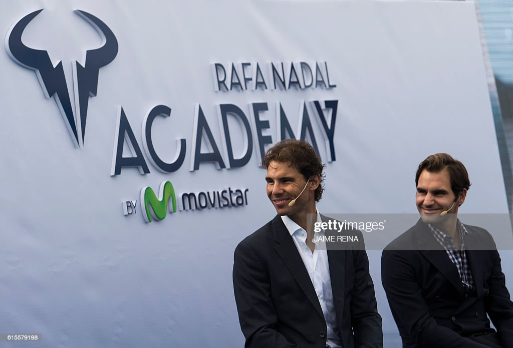Spanish tennis player Rafael Nadal (L) and Swiss's player tennis Roger Federer smile during the opening of the Rafa Nadal Academy in Manacor on October 19, 2016. / AFP / JAIME