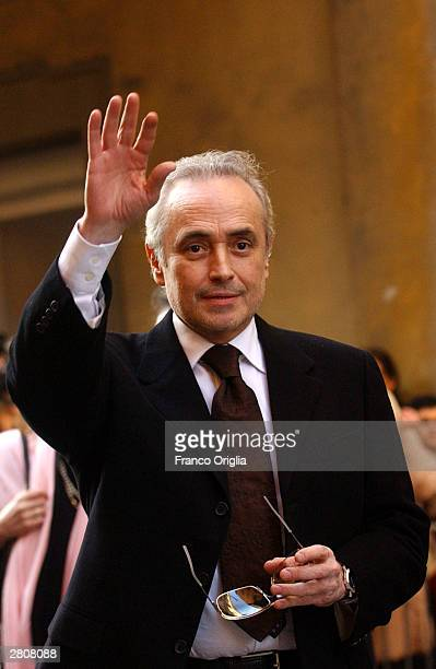 Spanish tenor Jose Carreras waves as he leaves the Teatro Comunale at the end of the wedding of Luciano Pavarotti and Nicoletta Mantovani December 13...