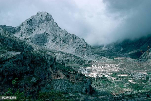 spanish village at base of mountains - alamany fotografías e imágenes de stock