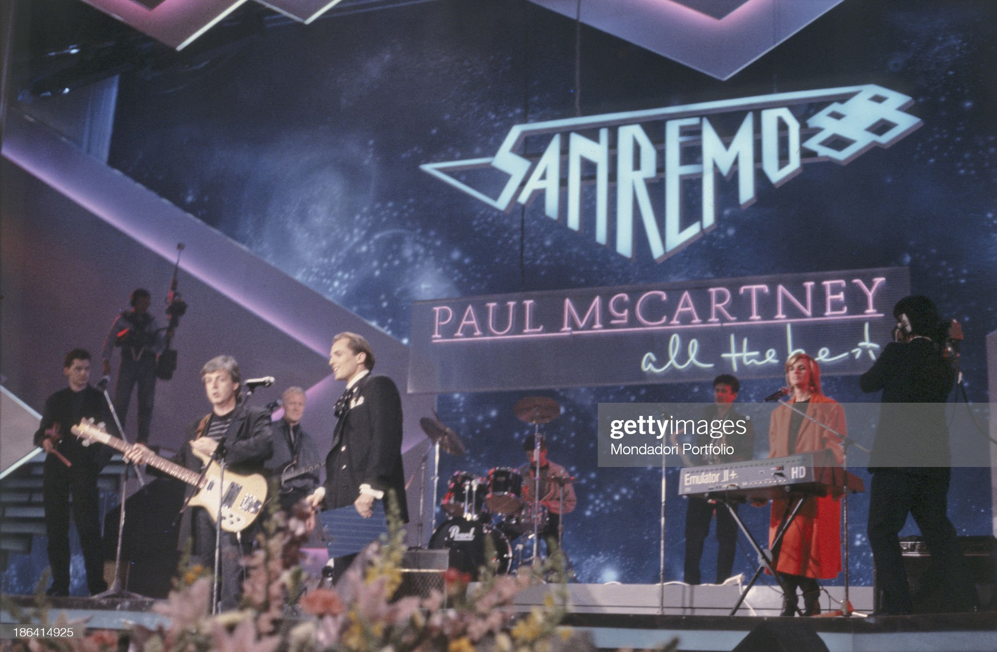 Paul McCartney and Miguel Bosé on the stage of the 38th Sanremo Music Festival : Photo d'actualité