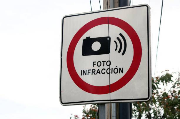 Spanish-language traffic warning sign stating 'Foto infracción' [Photo violation]