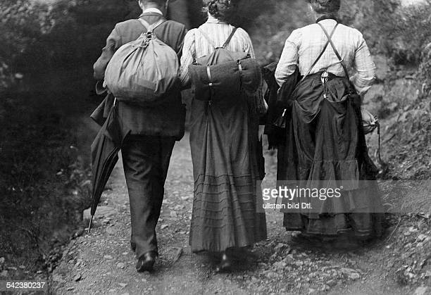 Spare time activities Hikers in the Harz mountains - 1909 - Vintage property of ullstein bild