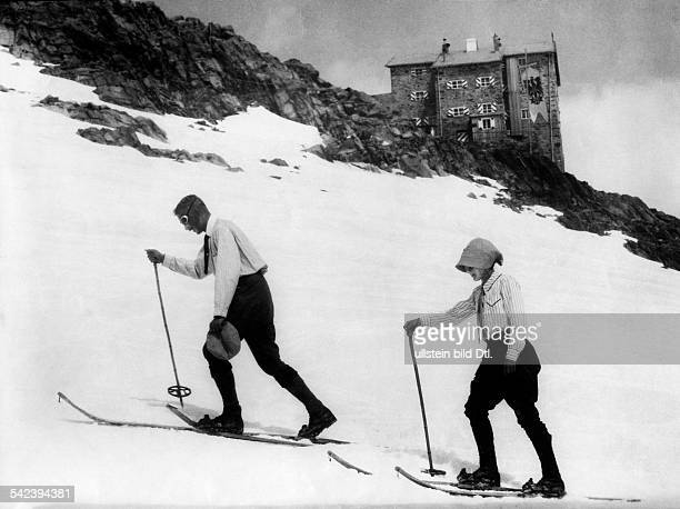 Spare time winter sports Crosscountry skiers in the Oetztal Alps in the background is the Brandenburg House on the Kesselwandjoch 1909 Photographer...