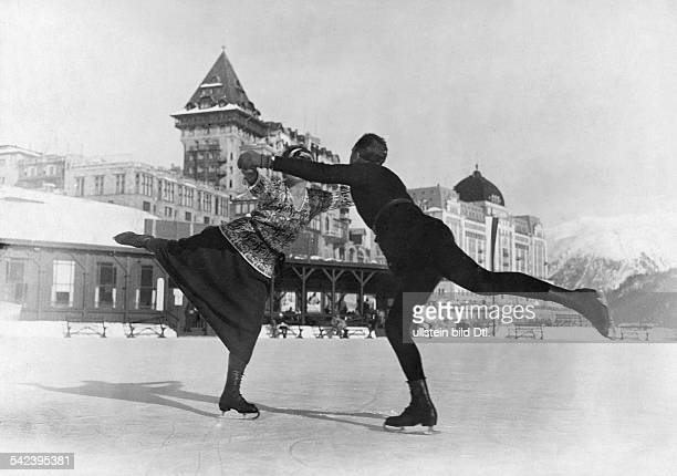 Spare time winter sports Pair figure skaters in action 1928 Vintage property of ullstein bild