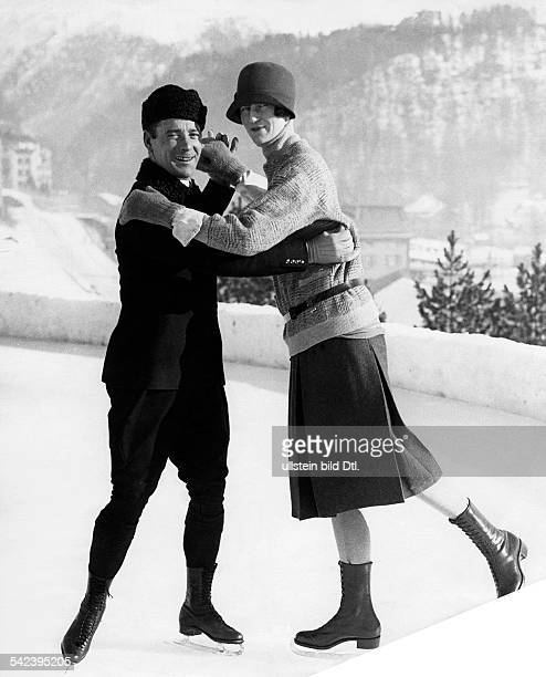 Spare time winter sports Pair skaters on an ice rink 1928 Vintage property of ullstein bild