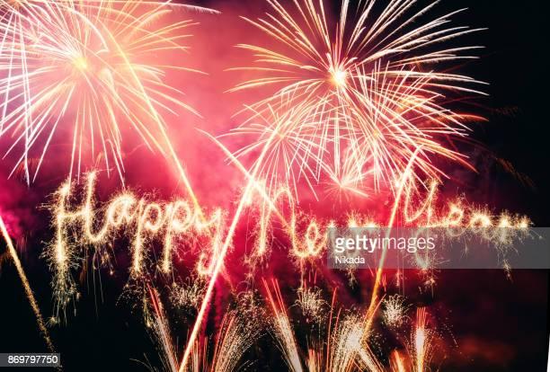 Wunderkerze frohes neues Jahr mit Feuerwerk am Himmel
