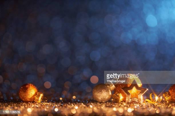 sparkling golden christmas ornaments - decoration defocused bokeh background - weihnachten stock-fotos und bilder