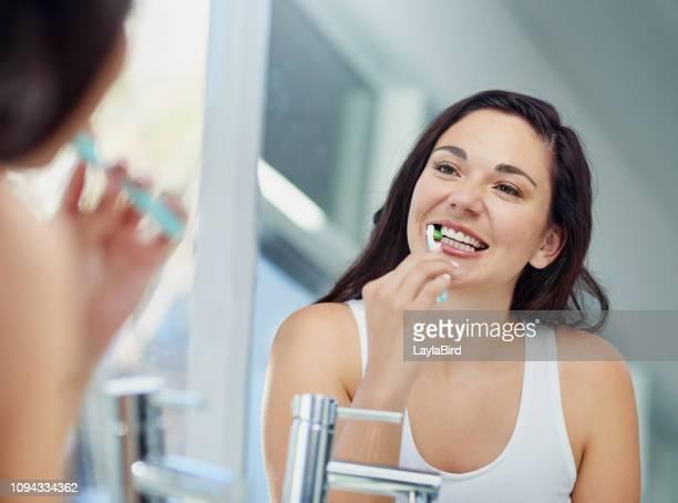 funkelnde zähne, prickelnde tag - zahnpflege stock-fotos und bilder
