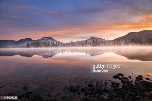 sparks lake and broken top with a pink and blue sky - deschutes national forest stock pictures, royalty-free photos & images