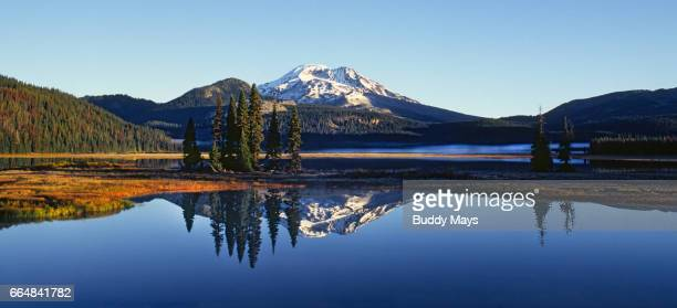 sparks lake in the oregon cascades - riva del lago foto e immagini stock