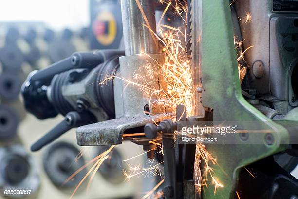 sparks on grinding machine - sigrid gombert photos et images de collection