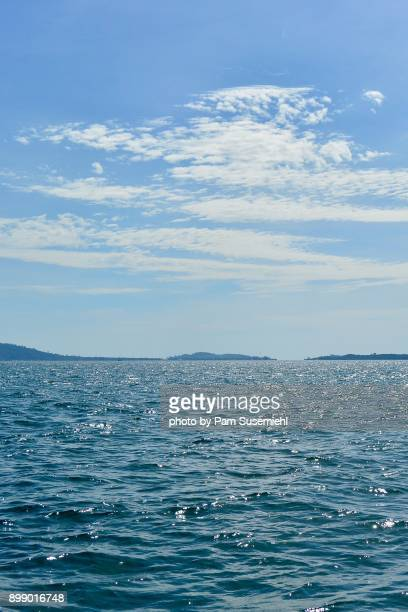 sparsely inhabited island from the water, gulf of thailand, cambodia - golf von thailand stock-fotos und bilder