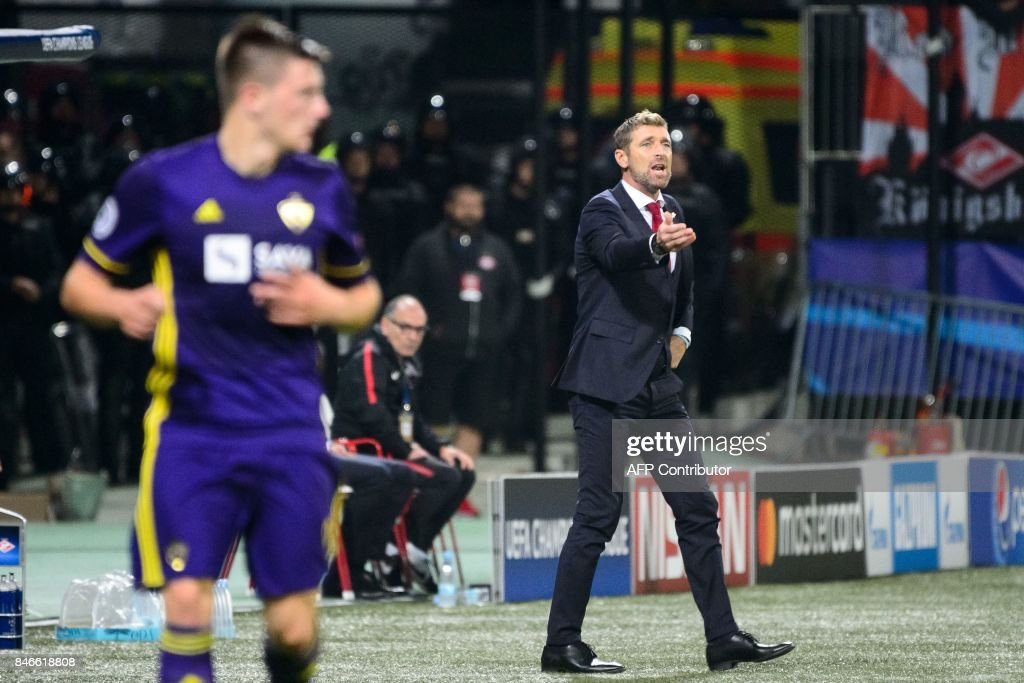 Spartak Moscow's Italian head coach Massimo Carrera (R) reacts during the UEFA Champions League Group E football match between NK Maribor and FC Spartak Moscow at The Stadium Ljudski vrt in Maribor on September 13, 2017. / AFP PHOTO / Jure Makovec