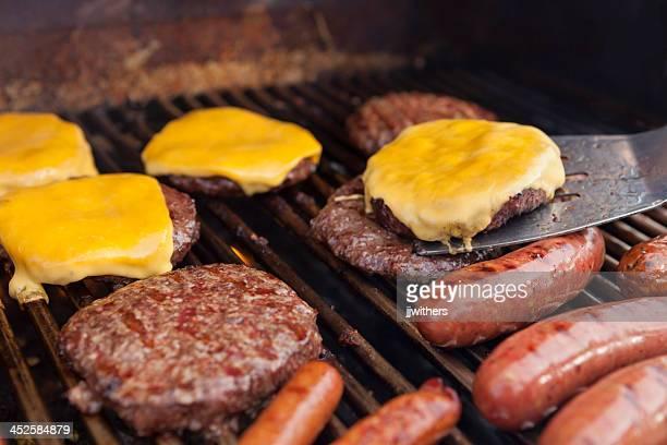 Küchenspatel mit Cheeseburger auf grill