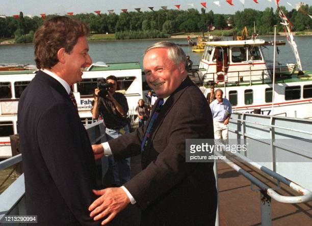 Chef Oskar Lafontaine begrüßt den Vorsitzenden der britischen Labour-Party, Tony Blair, am 17.6.1996 zu einer Schiffahrt auf dem Rhein. Nach der Tour...