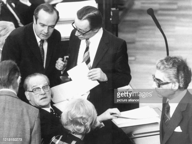 Fraktionschef Herbert Wehner berät sich mit seinen Fraktionskollegen. Links Geschäftsführer Manfred Schulte, rechts Justizminister Gerhard Jahn. Der...
