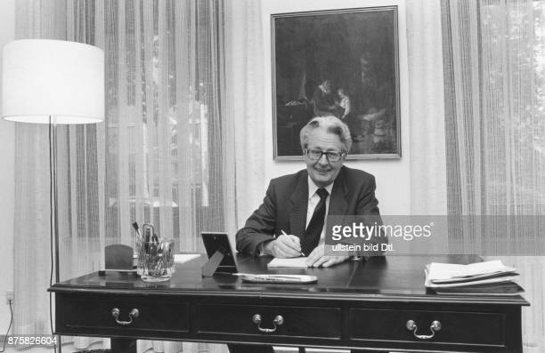 SPDPolitiker HansJochen Vogel in seinem Arbeitszimmer in der Bonner Wohnung Aufgenommen um 1984