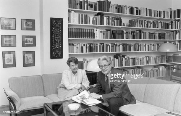 SPDPolitiker HansJochen Vogel mit seiner Frau Liselotte im Wohnzimmer seiner Bonner Wohnung Aufgenommen um 1984