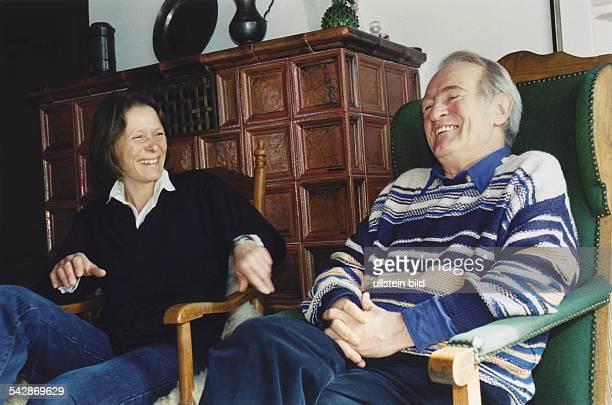 Politiker Johannes Rau in entspannter Atmosphäre mit seiner Ehefrau Christina im Wohnzimmer ihres Ferienhauses auf Spiekeroog. Sie sitzen vor einem...