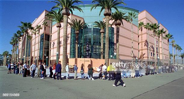 SPDucksline1KH1/17/95A long line curves around the Anaheim Arena as Mighty Ducks fans wait to buy tickets to the ten newly scheduled Ducks games ATTN...