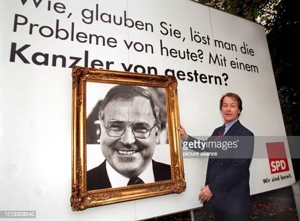 """Werbung mit einem Kohl-Porträt? - Einen """"gerahmten"""" Bundeskanzler präsentiert SPD-Bundesgeschäftsführer Franz Müntefering am vor dem Bonner..."""