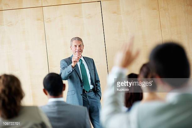 Haut-parleur de répondre à une question au séminaire d'affaires