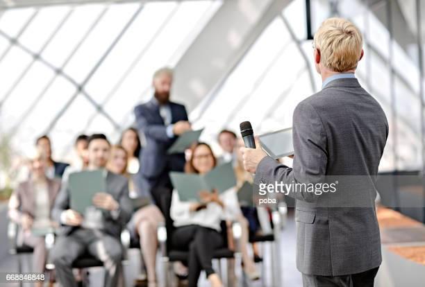 lautsprecher vorlage bei business-seminar - kongressversammlung stock-fotos und bilder