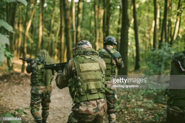 特殊部隊の野生風景を検査 - 待ち伏せ ストックフォトと画像