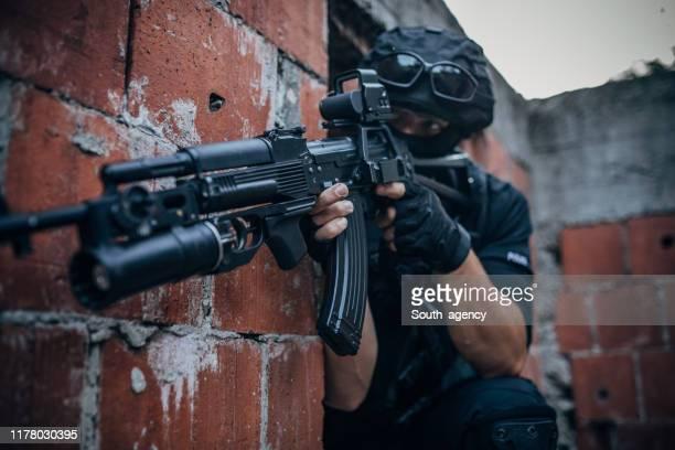 特殊部隊警察の男 - 撃つ ストックフォトと画像