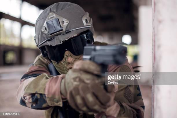 special forces soldier - air soft gun foto e immagini stock