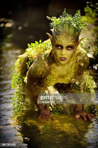 """Efectos especiales maquillaje """"naturaleza de la madre"""" al aire libre en un arroyo"""