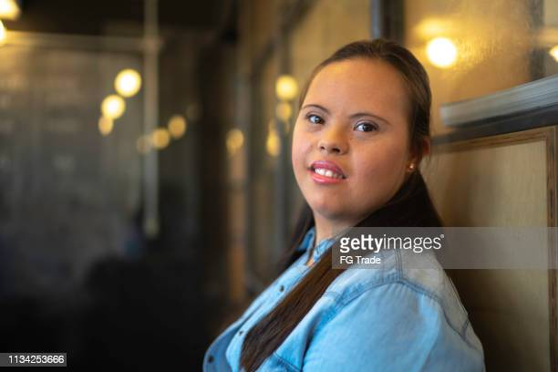 speciale behoeften zakenvrouw portret bij modern startup company - disabilitycollection stockfoto's en -beelden