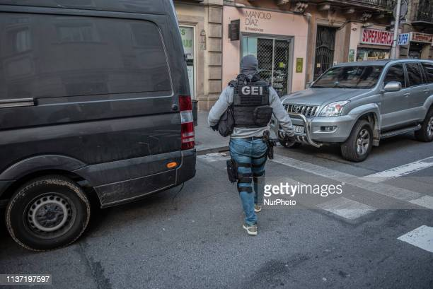 Special police forces prepare to raid the apartment building of a man armed with schizophrenia pursued by the police for 17 hours They have arrested...